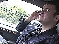 Водитель, разговаривающий по телефону