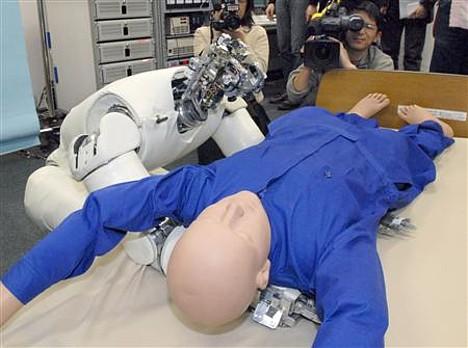 Роботы учатся поднимать и переносить пациентов