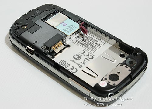 HTC Touch Dual. Вид сзади со снятой крышкой и аккумулятором.