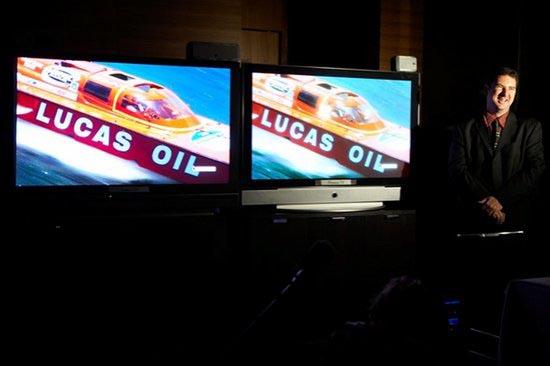Сравнение лазерного (слева) и плазменного (справа) телевизоров