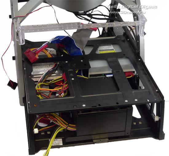 Вид корпуса Antec Skeleton сзади с блоком питания, CD и жестким диском