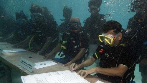 Мальдивское правительство провело подводное совещание