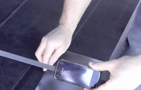 Nokia N97 Mini испытали, протащив по асфальту на скорости в 70 км/ч