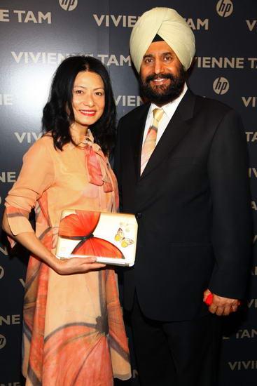 Нетбук HP Mini 210 Vivienne Tam Edition в руках дизайнера