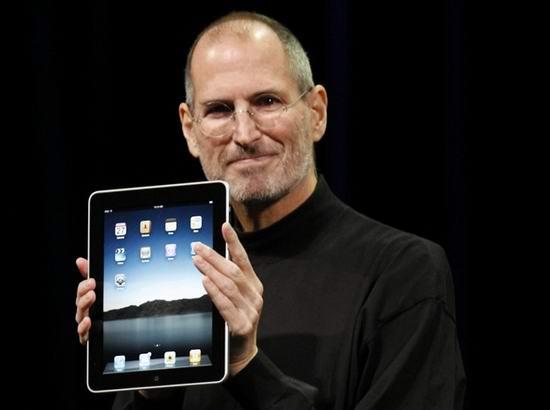 Стив Джобс держит в руках Apple iPad