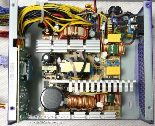 Электрическая схема размещена на очень компактной (по сравнению со многими БП других производителей) печатной плате.