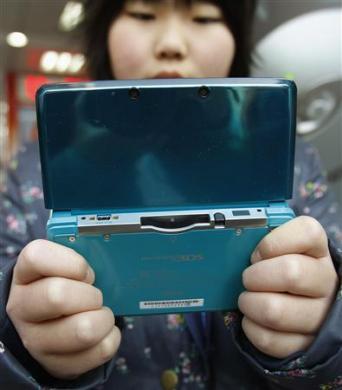 9-летняя Натсуми Миясака (Natsumi Miyasaka), позирует со своей новой консолью Nintendo 3DS