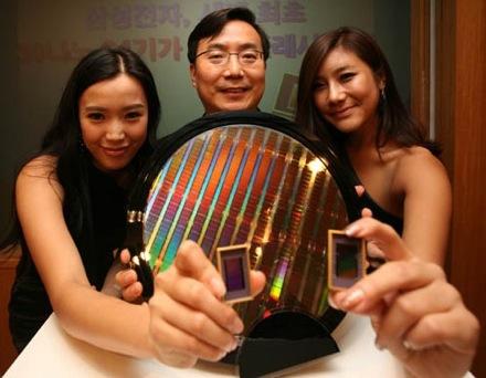 Южнокорейская компания Samsung официально сообщила о разработке первой микросхемы NAND флэш-памяти объемом 64 Гбит...