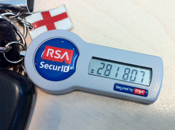 При генерации RSA-ключей используется случайный выбор больших простых