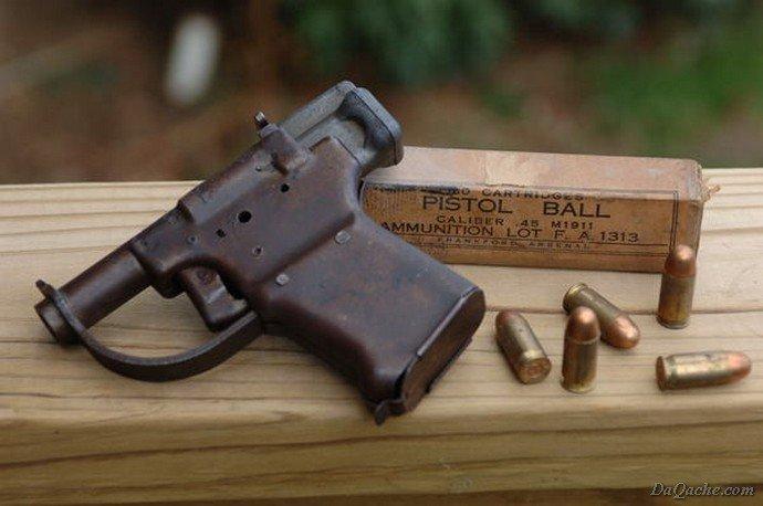 """...сделанный из штампованного листового металла FP-45  """"Liberator """" был однозарядным гладкоствольным пистолетом под..."""