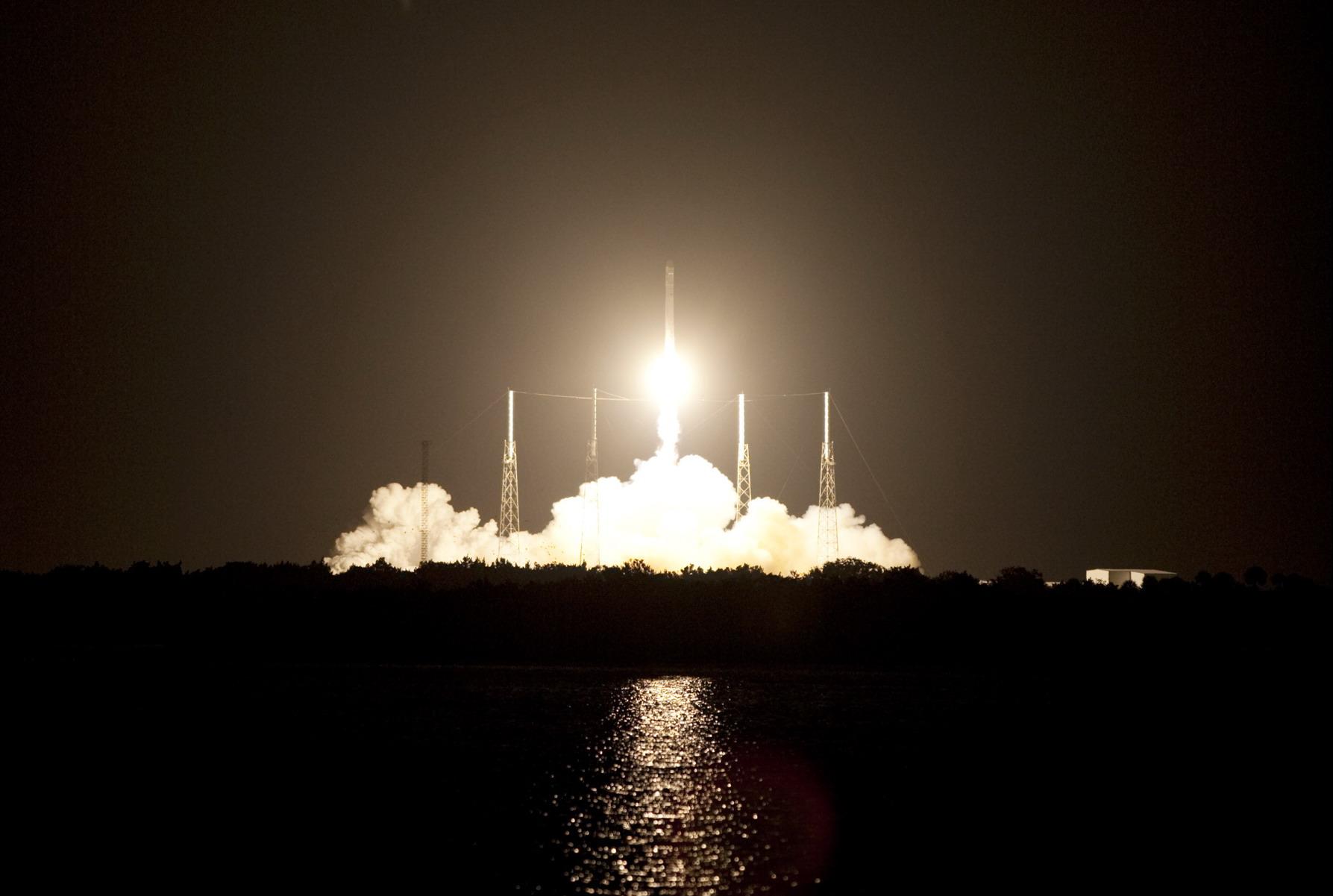 Сотрудники компании SpaceX будут работать на Луне (3 фото)