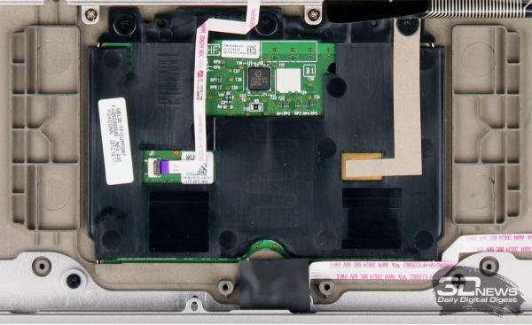 На внутренней стороне корпуса по бокам от сенсорной панели имеются специальные «наросты», создающие нишу для беспрепятственного нажатия кнопки. И не думайте, что это всегда делается так основательно