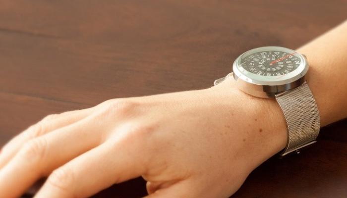 Наручные часы Visus Watch показывают время при помощи одной стрелки