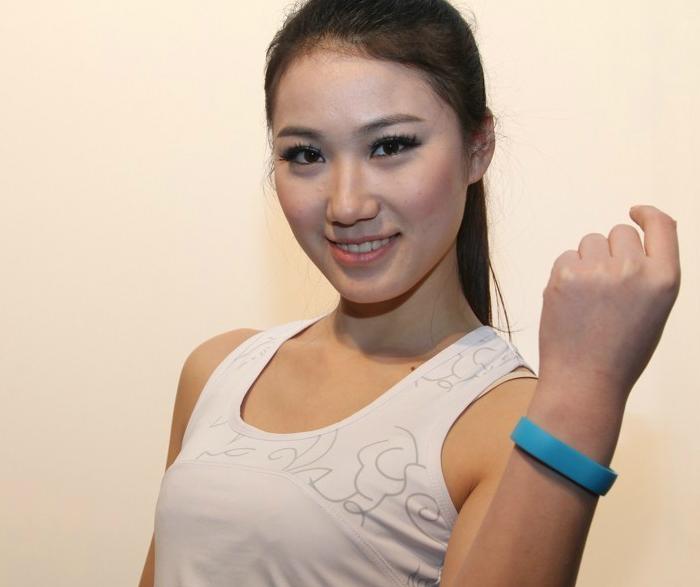Представлен TCL Idol X+ с фитнес браслетом в комплекте
