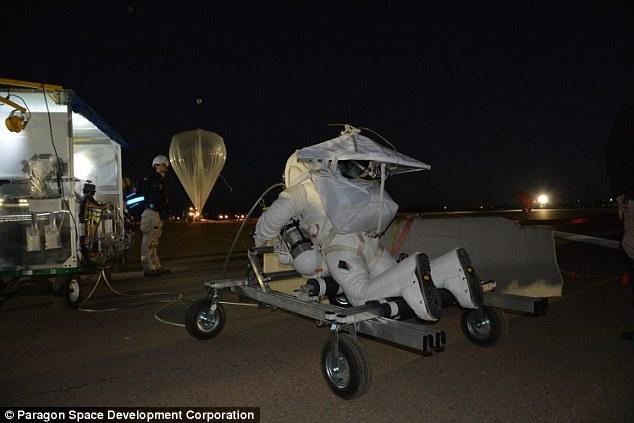 Сотрудник Google установил новый рекорд, прыгнув с парашютом с высоты 41 км