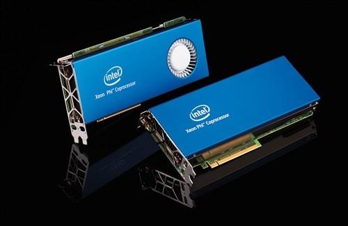 Xeon Phi 31S1P внизу. Его система охлаждения не имеет активных элементов