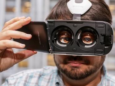 VR-очки Samsung Gear VR представляют собой адаптер для смартфона