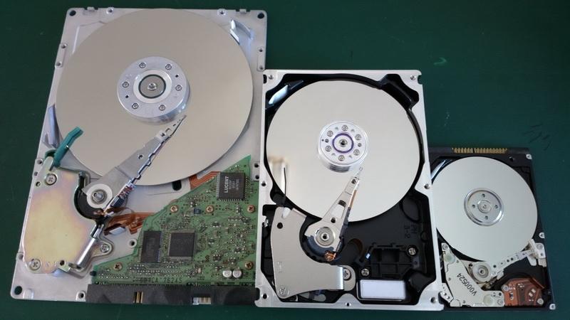 Quantum Bigfoot (справа) — заключительный из жёстких дисков форм-фактора 5,25&Прайм;