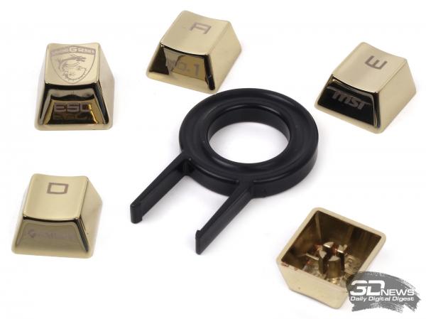 Набор сменных игровых клавиш&quot; height=&quot;449&quot; width=&quot;600&quot;/&gt;</a></div> <p>Дополнительные сменные клавиши поставляются в металлической коробке вместе с пластиковым ключом для монтажа и демонтажа. Клавиши вряд ли можно назвать более удобными, чем обычные пластиковые, но внешний вид ноутбука они делают еще более ярким. Исключительно по субъективному ощущению, вместо золотистого цвета клавиш в данном случае куда гармоничнее бы смотрелся красный цвет, сочетающийся со вставками корпуса. Впрочем, на скорость это, как говорится, не влияет.</p> <div align=
