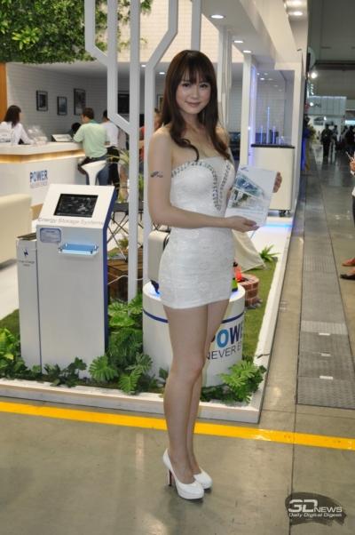 Женщина предлагает буклет тайваньской компании FSP Group