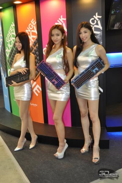 Женщины у стенда тайваньского компании-производителя клавиатуры Ducky Channel