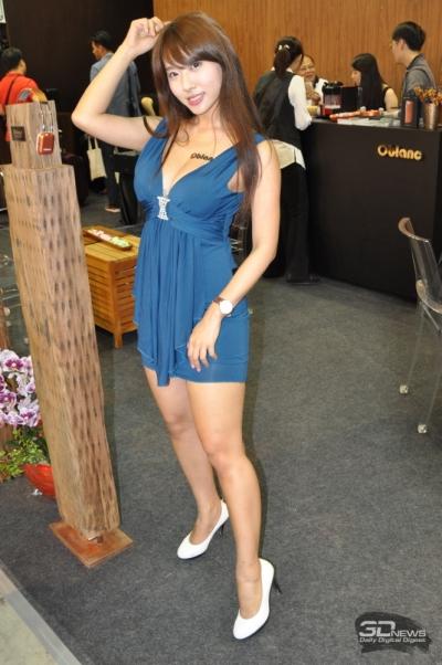 Привлекательная женщина у стенда тайваньской компании Oblanc Technology — поставщика гарнитуры