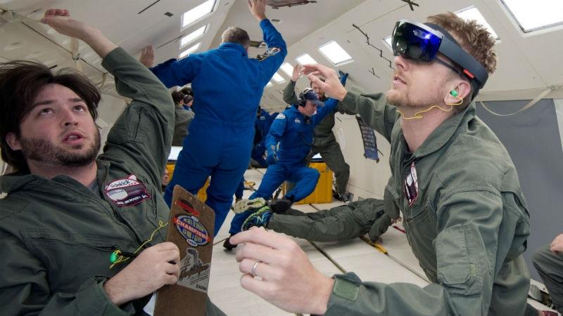 Техники НАСА и Майкрософт проверяют Sidekick в условиях невесомости на борту самолёта Weightless Wonder C9