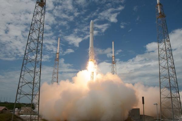 Несмотря на многочисленные задержки и переносы первый пуск нового носителя Falcon 9 с полумакетным кораблём Dragon прошёл успешно