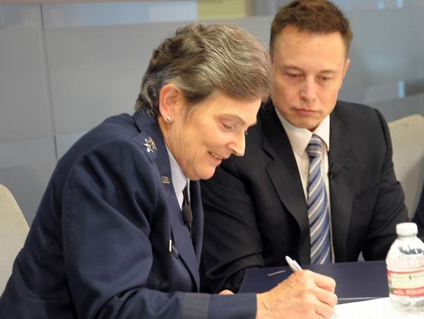Генерал-лейтенант ВВС Элен Павликовски и Илон Маск и подписывают соглашение о сертификации носителя Falcon 9