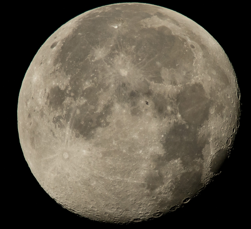 МКС на фоне полной Луны