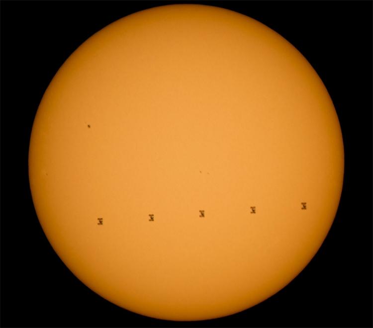 МКС на фоне Солнца: фото дня