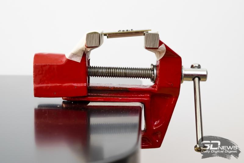 Чтобы не повредить края текстолита, между губками и процессором лучше проложить упругий материал