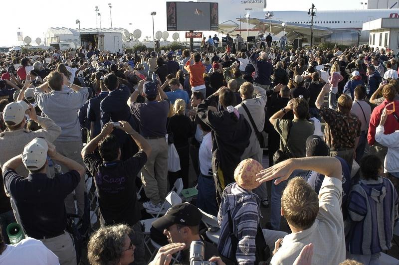 Толпа наблюдает рекордный полёт SpaceShipOne 4 октября 2004 года