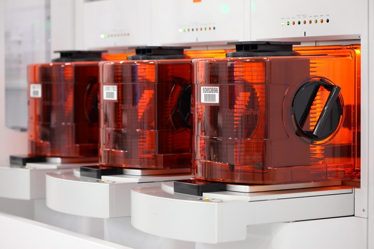 Кремниевые пластины с NAND флеш-памятью на фабрике IM Flash
