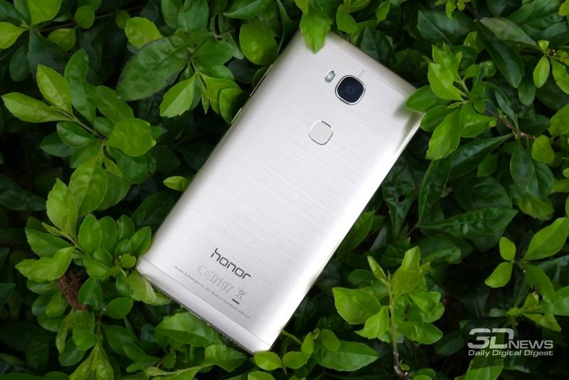 Huawei Honor 5X, задняя панель: сверху – камера и двойная светодиодная вспышка, ниже – сканер отпечатков пальцев