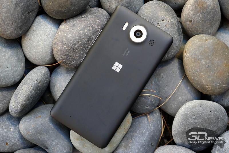 Microsoft Lumia 950, тыльная панель: объектив камеры, окантованный металлом, тройная светодиодная вспышка, основной динамик
