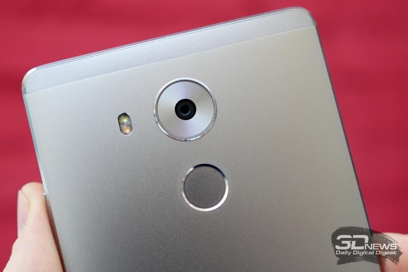 Сканер отпечатков теперь круглый, а не квадратный, как на прежних смартфонах Huawei