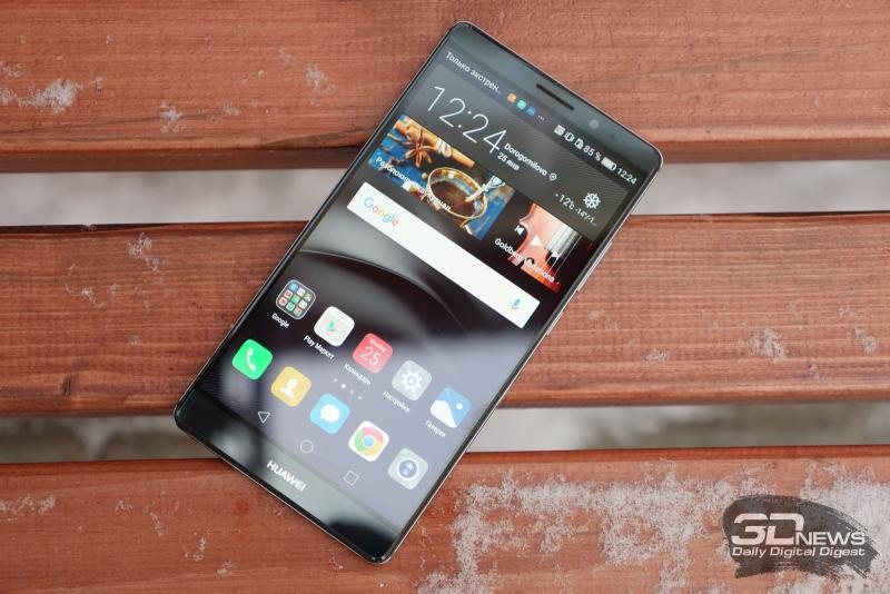 Huawei Mate 8, лицевая панель: над дисплеем расположен разговорный динамик, фронтальная камера, датчик освещенности и миниатюрный индикатор состояния