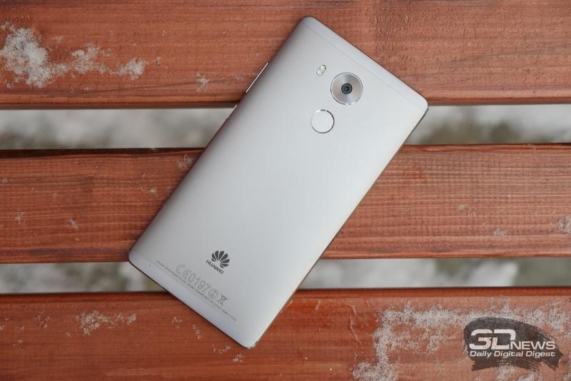 Huawei Mate 8, тыльная панель: в верхней части расположен модуль камеры с двойной светодиодной вспышкой, под ним – сканер отпечатков пальцев; сверху и снизу мы видим пластиковые вставки над антеннами