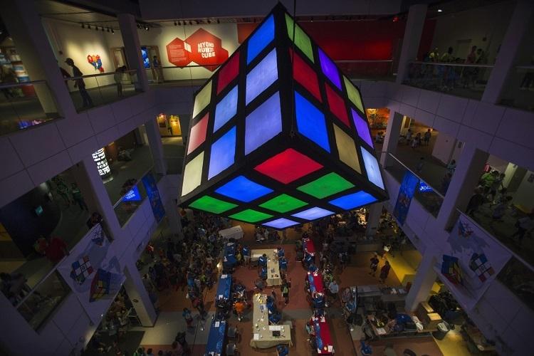 Гигантский кубик Рубика в Liberty Science Center (Нью Джерси)