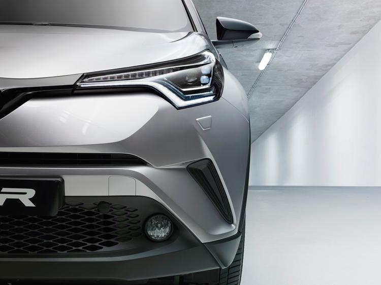 """Toyota C-HR: купеобразный кроссовер с гибридным приводом"""""""