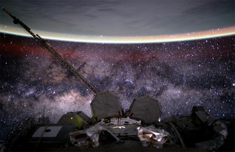 Фрагменты МКС, звёздное пространство и часть Земного шара