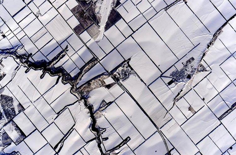 Покрытые снегом сельскохозяйственные земли в Новоперсиановке (Октябрьский район Ростовской области)