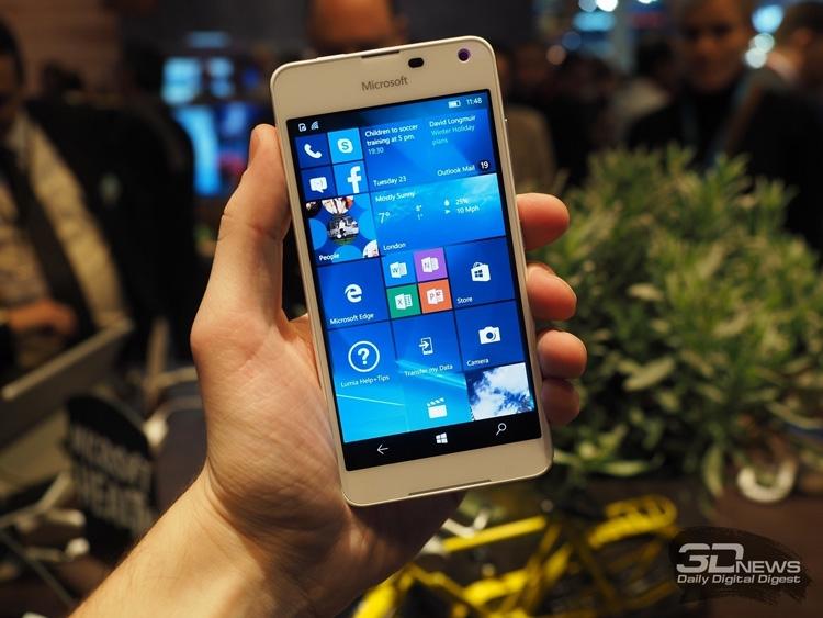 Microsoft Lumia 650 - одна из последних новинок на ОС Windows 10 Mobile (фото с выставки MWC 2016)