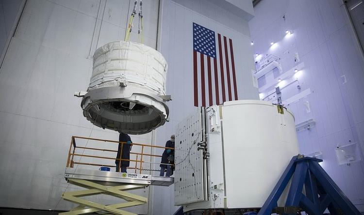 BEAM в процессе погрузки на борт CRS-8