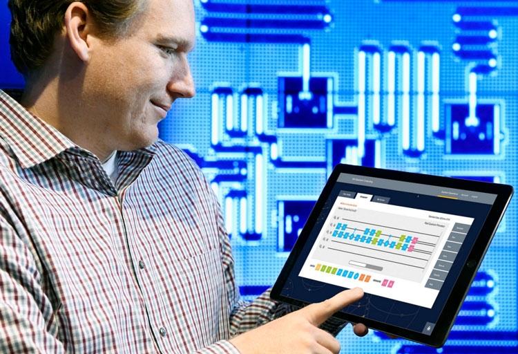 Специалист IBM Джей Гамбетта (Jay Gambetta) показывает оболочку для удалённого доступа к квантовому компьютеру