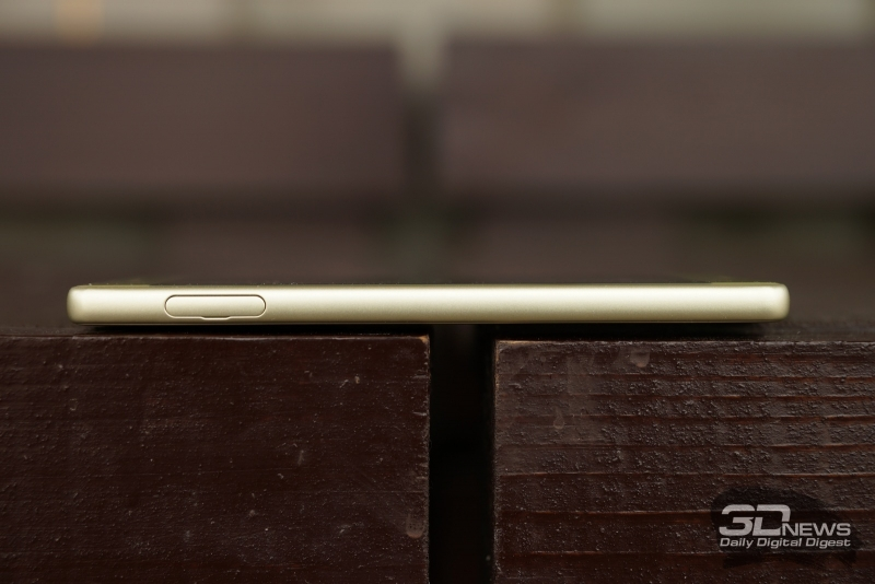 Sony Xperia X, левая грань: слот для nanoSIM-карты и карты памяти microSD