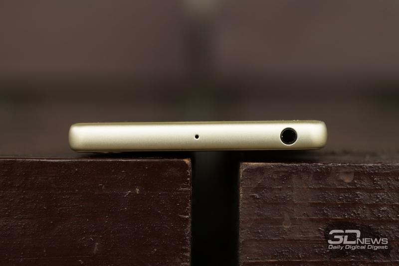 Sony Xperia X, верхняя грань: 3,5-мм разъем для наушников/гарнитуры и второй микрофон