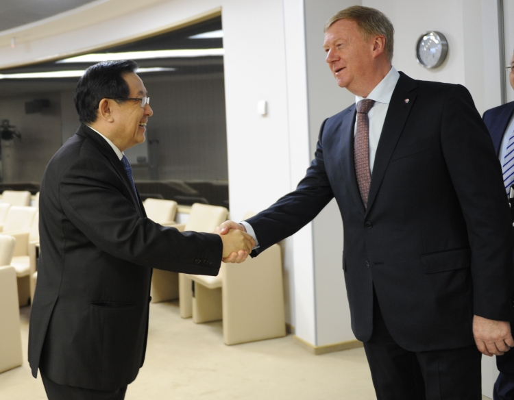Министр науки и технологии Китайской Народной Республики Вань Ган (слева) и Председатель правления ООО «УК «РОСНАНО» Анатолий Чубайс