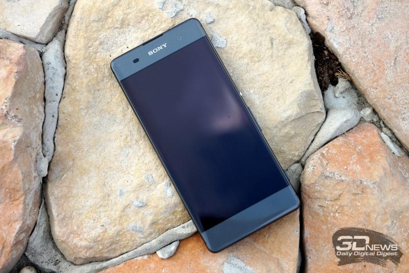 Sony Xperia XA, лицевая панель: над дисплеем находится разговорный динамик, датчик освещенности, фронтальная камера и индикатор состояния (в углу), под дисплеем нет функциональных элементов